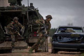 militairen oefenen Litouwen, Boxer jun 18 325